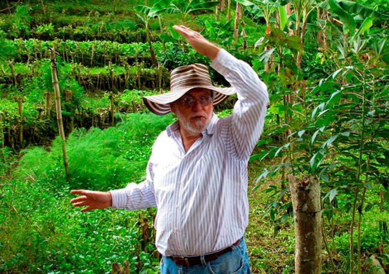 José María Borrero enseñando las barreras sostenidas con setos vivos