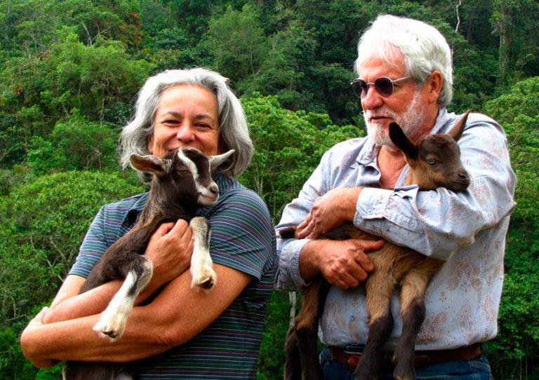 Beatriz y José María con sus cabritas